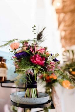 Hochzeitsstrauß in intensiver Farbkombination von Ganz Unverblümt Straubing