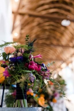 Brautstrauß in satten Farben Blau und Pink von Ganz Unverblümt Straubing