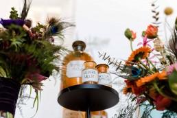Apothekerflaschen im exotisch blumigen Arangement von Ganz Unverblümt Straubing