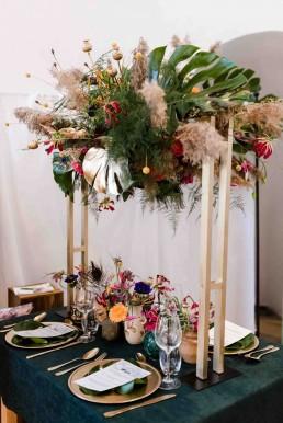 Exotischer Tischschmuck in kräftigen Farben zur Hochzeit von Ganz Unverblümt Straubing