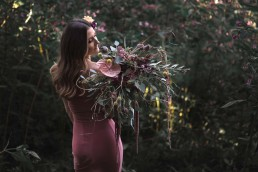 Hochzeitsstrauß in exotisch kräftigen Farben Aubergine und Mint von Ganz Unverblümt Blumen Straubing