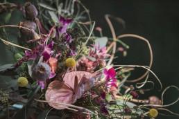 Boho Exotic Brautstrauß mit Anthurie, Mohnkapsel, Trommelschläger von Ganz Unverblümt Straubing