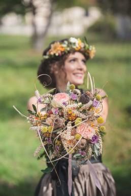 Individuelle Hochzeitsfloristik Strauß und Haarkranz rustikal natürlich von Ganz Unverblümt Straubing Deggendorf