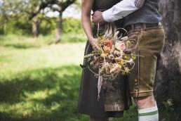 Rustikaler Brautstrauß für Hochzeit in Tracht von Ganz Unverblümt Straubing