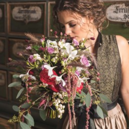 Stimmungsvoller Brautstrauß passend zur Tracht von Ganz Unverblümt Straubing Deggendorf