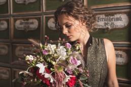Braut in Tracht mit Vintage-Brautstrauß aus zarten Blüten von Ganz Unverblümt Straubing Deggendorf