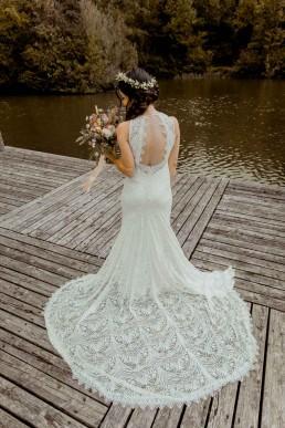 Braut mit langer Schleppe und natürlichem Brautstrauß von Floristin Franzi von Ganz Unverblümt Straubing