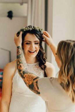 Braut mit natürlichem Blumenkranz von Ganz Unverblümt auf Hochzeit in Gut Haggn Neukirchen