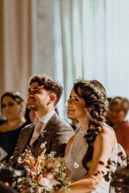 Brautpaar bei freier Trauung mit Blumenschmuck von Ganz Unverblümt Straubing