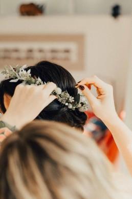 Natürlicher Haarkranz in Weiß für die Braut von Meisterfloristin Ganz Unverblümt Straubing