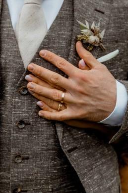 Brautpaar an Boho-Hochzeit mit natürlichem Anstecker für den Bräutigam von Ganz Unverblümt Niederbayern