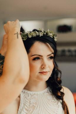 Braut mit zartem Blumenkranz von Franzi von Ganz Unverblümt Niederbayern