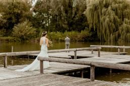 Brautpaar bei Hochzeit im Boho Stil mit Blumenschmuck von Ganz Unverblümt Steinach