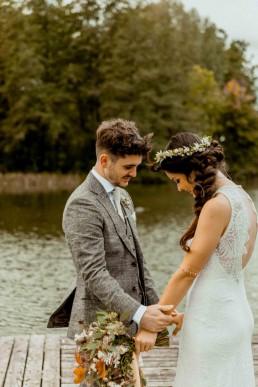 Brautpaar mit Hochzeitsblumenschmuck von Ganz Unverblümt bei Hochzeit in Gut Haggn Neukirchen