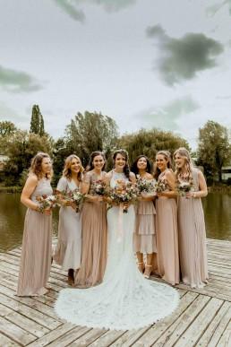 Boho Hochzeit mit herbstlichen Blumensträußen von Ganz Unverblümt bei Hochzeit in Gut Haggn Neukirchen