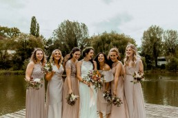 Braut und Brautjungfern mit natürlichen Blumen in Pastelltönen von Ganz Unverblümt Straubing