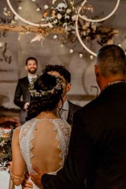 Braut und Vater bei Boho-Hochzeit mit Blumenschmuck von Ganz Unverblümt in Gut Haggn Neukirchen