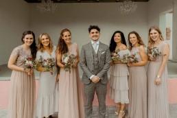 Bräutigam und Brautjungfern auf Boho-Hochzeit in Gut Haggn in Neukirchen