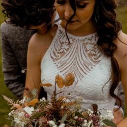 Boho Hochzeit mit natürlichem Brautstrauß von Hochzeitsflorist Ganz Unverblümt Steinach
