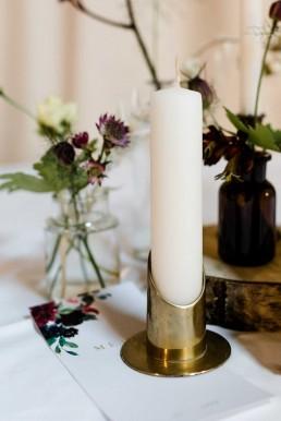 Tischdeko auf Boho-Hochzeit mit goldenen Kerzenständern und Vasen von Dekoverleih mit Herz und Ganz Unverblümt Straubing