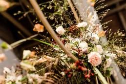 Rustikaler Blumenschmuck an goldenen Ringen auf Boho-Hochzeit von Ganz Unverblümt Bayerischer Wald