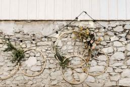 Ringe mit Blumenschmuck von Ganz Unverblümt und Lichterketten von Dekoverleih mit Herz in Niederbayern