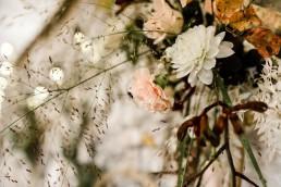 Herbstliche Blumen und Gräser im Hochzeitsblumenschmuck von Ganz Unverblümt im Bayerischen Wald