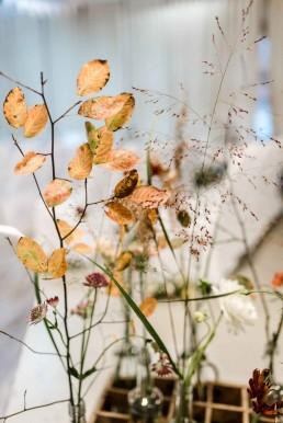Herbstliche Zweige und Gräser auf Boho-Hochzeit von Ganz Unverblümt Straubing