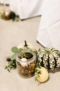 Deko für freie Trauung mit Kürbisen und Weckgläsern mit Kerzen im Innengang