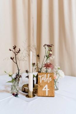 Herbstliche Tischdeko mit zarten Blumen und Leihvasen von Ganz Unverblümt Straubing