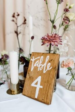 Tischnummer aus Holz und herbstliche Blumendeko von Ganz Unverblümt Bayerischer Wald