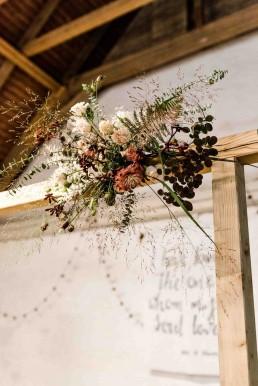 Herbstlicher Blumenschmuck an Traubogen auf freier Trauung in Gut Haggn Neukirchen