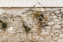 Goldene Ringe mit herbstlichen Blumen von Ganz Unverblümt auf freier Trauung in Gut Haggn Neukirchen