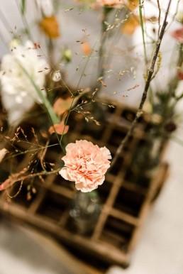 Blumen in Pastelltönen in alter Getränkekiste auf freier Trauung in Gut Haggn Neukirchen