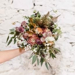 Herbstlicher Brautstrauß im Boho-Stil bei freier Trauung in Gut Haggn in Neukirchen