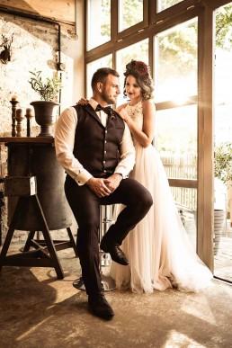 Brautpaar beim Fotoshooting mit Haarkranz von Ganz Unverblümt Straubing