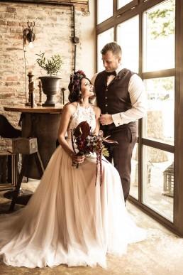 Hochzeitspaar und tropischer Blumenschmuck für die Braut von Ganz Unverblümt Niederbayern