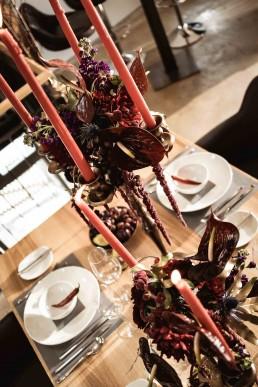 Erhöhter Tischschmuck auf Kerzenständer floral gestaltet von Floristmeisterin Franzi Ganz Unverblümt Steinach
