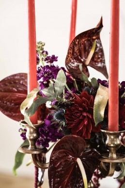 Detailaufnahme tropischer Blumenschmuck auf Kerzenständer mit Anthurien von Franzi Region Regensburg