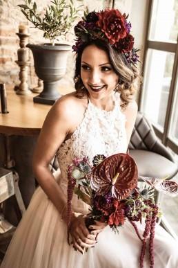 Pompöser Haarkranz und wilder exotischer Brautstrauß von Ganz Unverblümt Straubing