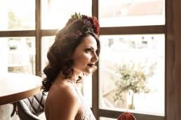 Braut und individueller Haarschmuck mit Sukkulente und Dahlie in intensiver Farbkombination von Ganz Unverblümt Straubing Niederbayern