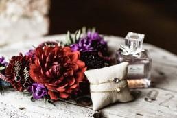 Floraler Haarschmuck in Rot- und Violetttönen mit Brautschmuck arrangiert von Franzi Ganz Unverblümt Deggendorf