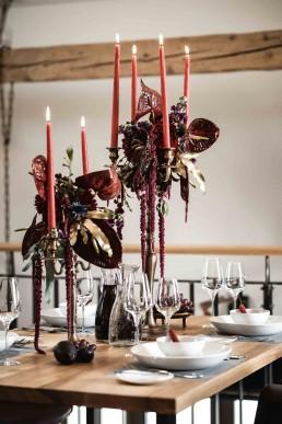 Tropische Hochzeitsfloristik auf Tisch mit Anthurien in Rot-Violett von Ganz Unverblümt Straubing
