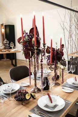 Exotische Hochzeitsfloristik mit kräftig roten Anthurien von Franzi Ganz Unverblümt Bayrischer Wald