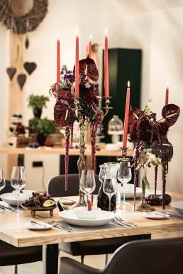Tischschmuck zur Hochzeit mit exotischen Anthurien auf Kerzenständer von Franzi Ganz Unverblümt Deggendorf