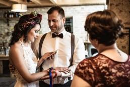 Brautpaar bei freier Trauung mit individuellem Haarschmuck von Ganz Unverblümt Straubing Deggendorf