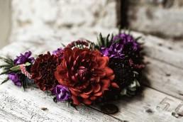 Floraler Haarschmuck mit Dahlie in Rot-Violett von Ganz Unverblümt Straubing Deggendorf