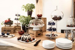 Süßes Hochzeitsbuffet floral ausgeschmückt von Ganz Unverblümt Regensburg