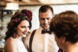 Brautpaar bei freier Trauung mit floralem Haarkranz in kräftigen Farben von Floristmeisterin Franzi Niederbayern