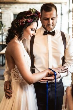 Braut mit kräftig exotischem Haarschmuck von Ganz Unverblümt Straubing Deggendorf